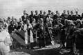 Do společného hrobu byli pohřbeni čs. vojáci, kteří padli při povstání českého národa proti německým okupantům a dále občané, kteří byli zavražděni příslušníky SS 7.5.1945 v Lahovicích (zdroj: ABS)