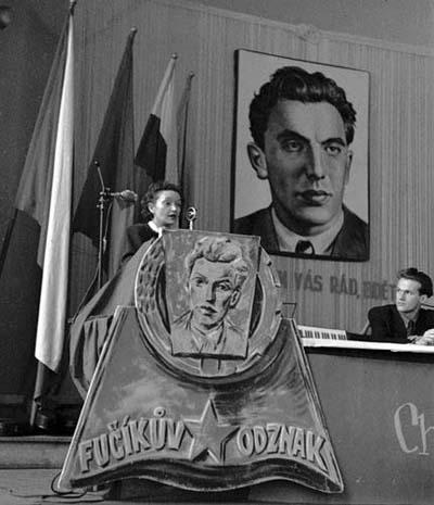 Gusta Fučíková hovoří o díle Julia Fučíka na svazácké konferenci Fučíkova odznaku v Liberci, prosinec 1950 (Foto: zdroj ČTK)