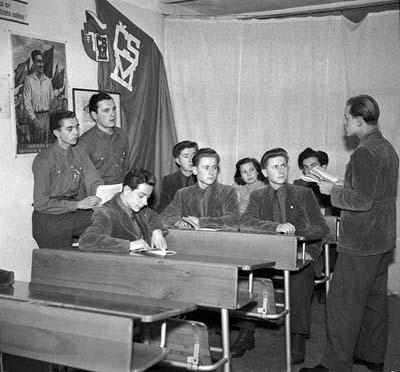 V hloubětínské Tesle - závodě Julia Fučíka – si svazáci vytvořili 10 kroužků Fučíkova odznaku. Na pravidelných schůzkách diskutují o přečtených knihách, divadelních hrách a filmech,  leden 1951 (Foto: zdroj ČTK)