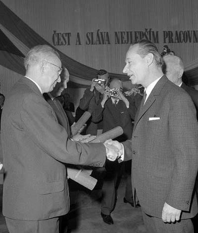 Alexandr Dubček (vpravo) předává Gustávu Husákovi Řád Klementa Gottwalda, duben 1968 (zdroj: ČTK)