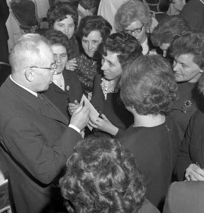 Gustáv Husák v družném rozhovoru s delegátkami Svazu žen u příležitosti oslav MDŽ v roce 1971 (zdroj: ČTK)