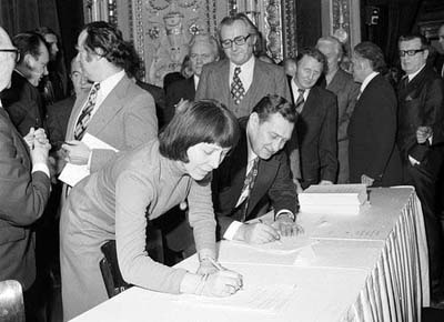 Národní divadlo 28. ledna 1977. Herec Josef Větrovec podepisuje Provolání uměleckých svazů, přihlíží Jiří Sovák. (Foto: zdroj ČTK)