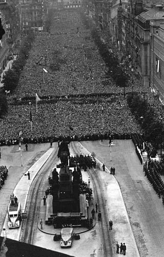Manifestace na Václavském náměstí v Praze 3. července 1942 (zdroj: ABS)