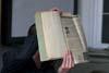 Moderátor diskuse Tomáš Bursík ukazuje dezinformační článek o Otakaru rambouskovi z roku 1968