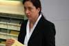 Ředitelka archivu BStU Birgit Salamon vysvěProhlídka archivu BStUtluje systém evidence MfS (Stasi)