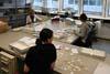 Ruční třídění roztrhaných dokumentů MfS (Stasi)