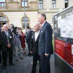 """Vernisáž výstavy """"Za vaši a naši svobodu"""": Kornel Morawiecki, Toni Krahl a premiér M. Topolánek"""