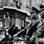 Dne 8. ledna 1939 ve Znojmě proběhlo slavnostní zařazení sudetoněmeckých oblastí v jižních Čechách a na jižní Moravě do rakouských žup Oberdonau a Niederdonau. Na snímku Konrád Henlein (vpravo) a vedoucí župy Niederdonau Hugo Jury. (Zdroj: ABS)