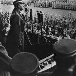 Sudetoněmecké formace SA skládají koncem ledna 1939 v Ústí nad Labem slavnostní přísahu do rukou šéfa štábu SA, SA-Obergruppenführera Viktora Lutzeho. (Zdroj: ABS)