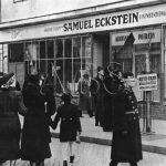 Rozbité výlohy židovských obchodů v Bratislavě krátce před 14. březnem 1939 a vyhlášením slovenské samostatnosti. (Zdroj: ABS)