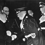 Po Tisovi dorazil do Berlína v noci ze 14. na 15. března též prezident Česko-Slovenské republiky Emil Hácha (vlevo). Na snímku se zdraví se státním sekretářem Meiβnerem (v pozadí František Chvalkovský) (Zdroj: ABS)