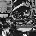 Pražští Němci vítají 15. března 1939 přijíždějící německou armádu. (Zdroj: ABS)
