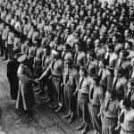 Nastoupení studenti německých vysokých škol vítají Hitlera na Pražském hradě. (Zdroj: ABS)