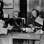 Podpis německo-slovenské smlouvy (tzv. Ochranná smlouva) dne 23. března 1939 v Berlíně. Na snímku německý ministr zahraničí Joachim von Ribbentrop (vpravo), předseda slovenské vlády Vojtěch Tuka (uprostřed) a slovenský ministr zahraničí Ferdinand Ďurčanský (druhý zleva). (Zdroj: ABS)