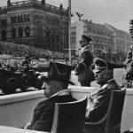 Dne 20. dubna 1939 se prezident Emil Hácha účastnil v Berlíně oslav 50. narozenin Adolfa Hitlera. Na snímku společně s říšským protektorem von Neurathem. (Zdroj: ABS)
