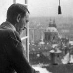Jedna z nejznámějších fotografií Adolfa Hitlera, na které shlíží z oken Pražského hradu na Prahu. Později podle ní vznikla i protektorátní poštovní známka. Snímek byl rovněž často používán k propagandistickým účelům. (Zdroj: VÚA)