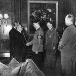 Adolf Hitler vítá prezidenta Emila Háchu po jeho příjezdu do Berlína v noci 14. března 1939 (Zdroj: VÚA)