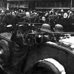 Výmluvné obrázky pražských ulic z 15. března 1939. Zatímco Češi hrozí pěstmi, většina pražských Němců vítá německou armádu zdviženou pravicí. (Zdroj: VÚA)