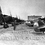 Pohled na obsazené letiště v Hradci Králové dne 15. března 1939, na snímku hlídané letouny typu Avia B-534 – ještě v československých barvách. (Zdroj: Archiv Ladislava Kudrny)