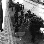Po skončení bojů byla na všech Pražanech patrná radost a úleva po přestálých útrapách posledních dnů. Byli odváděni zajatci a začaly se objevovat aktivity proti pomahačům nacistů. Zároveň začalo sčítání padlých. (zdroj: ABS)