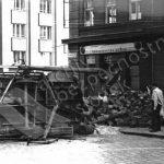 Typickým průvodním jevem povstání se staly barikády. Vznikaly živelně na mnoha místech za přispění všech obyvatel Prahy. (zdroj: ABS)