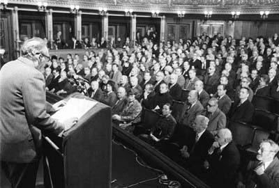 Dne 28. ledna 1977 se v pražském Národním divadle sešli významní představitelé československé kulturní fronty, aby manifestovali své pevné odhodlání aktivně přispět novými tvůrčími činy k socialistickému rozvoji naší společnosti. (Foto: zdroj ČTK)