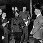 Nový sovětský vyslanec v Německu Alexander Škvarcev předčítá Hitlerovi svůj pověřovací list. Spolu s ním se audience zúčastnil vojenský pověřenec generál Maxim Purkajev.