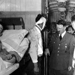 Adolf Hitler při návštěvě zraněných německých vojáků během polského tažení.