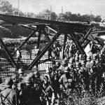 Německé pěší jednotky překračují po provizorních lávkách most u města Bromberg (Bydgoszcz), který ustupující polská armáda vyhodila do povětří.
