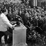 Hermann Göring hovoří ve zbrojní továrně k vojákům.