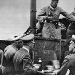 Adolf Hitler na návštěvě polní kuchyně při své cestě na frontu.