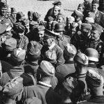 Další z propagandistických fotografií Hitlera s vojáky. Tentokrát v městě Jaroslaw.