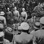 Pohřeb dvou francouzských pilotů sestřelených nad Německem. Válka na západě se od té na východě výrazně lišila.