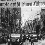 Hitler při slavnostním průjezdem Gdaňskem.