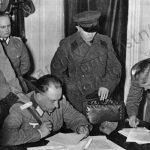 Porada německých a sovětských důstojníků u Białystoku.