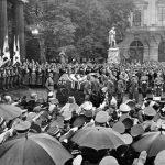 Slavnostní pohřeb generála von Fritsche, který padl během polského tažení. U rakve před pomníkem v ulici Mezi lipami stojí Hermann Göring.