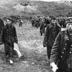 Polští vojáci, bránící své hlavní město, odcházejí do německého zajetí.