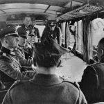 Polští vojenští představitelé předávají do rukou generála Blaskowitze kapitulaci Varšavy.