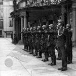Hradní stráž vládního vojska před sídlem státního prezidenta na třetím nádvoří Pražského hradu.