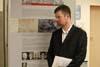 Jeden z aktivistů si prohlíží v prostorách Ústavu výstavu o dějinách K-231