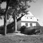 Rolnická usedlost s kapličkou sedláka Josefa Probošta z Březnice u Soběslavi v roce 1952 (Foto zdroj: Národní zemědělské muzeum)
