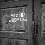"""Rok 1952: Upozornění na """"vesnického boháče"""" na vratech v Ředhošti u Roudnice nad Labem (Foto zdroj: Národní zemědělské muzeum)"""