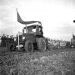 Orání mezí v obci Blevice (tehdejší okres Kralupy, dnes okres Kladno) – traktor s vlajkou