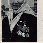 Kolchoznice Taťana Filipovna Marcinova se svými vyznamenáními