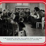 Segment z plakátu o pokrokovém zemědělství – fotografie dětí sedících okolo vychovatelky