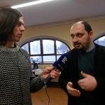 Autor výstavy Zdeněk Hazdra při interview pro Český Rozhlas