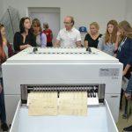 K tradičním návštěvnickým atrakcím patří stroj Neschen C500, který dovede hromadně odkyselovat papírové dokumenty. Tím se archiváliím významně prodlužuje životnost