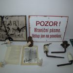 Na předmětech v depozitáři archivních fondů Pohraniční stráže a vojsk ministerstva vnitra se zachovaly i zbytky ostnatého drátu