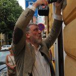 Sergej Parchomenko umisťuje pamětní desku Jozefu Macejovi