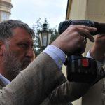 Sergej Parchomenko umísťuje pamětní desku Veleslava Wahla na budovu Velvyslanectví Švédska
